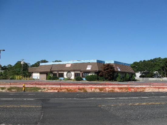 Economy Motel Inn & Suites: Blighted TGI Friday's across the street from Economy Motel.