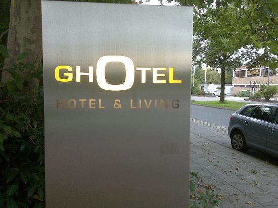 GHOTEL hotel & living: Einfahrt zum Hotel