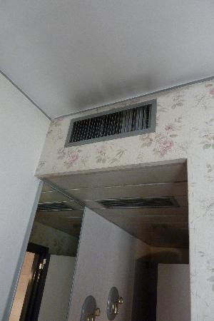Club Hotel: noir au plafond, à la sortie des aérations