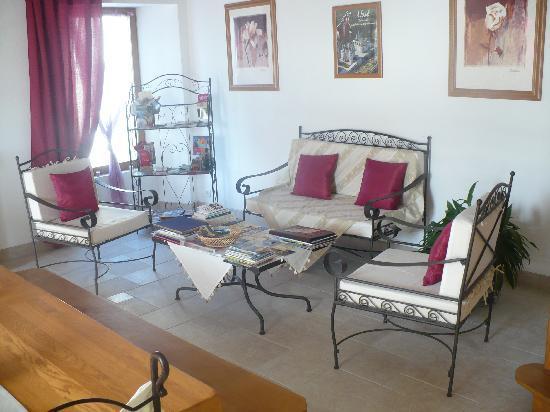 La Thibaudière : Le salon mis à notre disposition avec dépliants touristiques