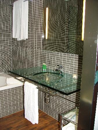 Very modern bathroom picture of ac hotel padova padua for Very modern bathrooms
