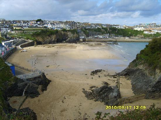Tregella Guest House Newquay: View of Towan beach from outside Tregella Hotel