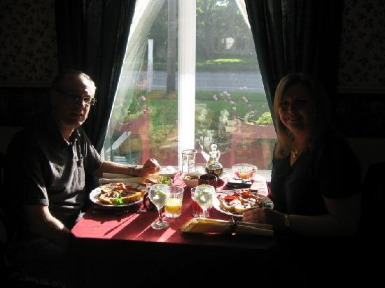 Arcadia House Bed and Breakfast: Silhouette At Breakfast