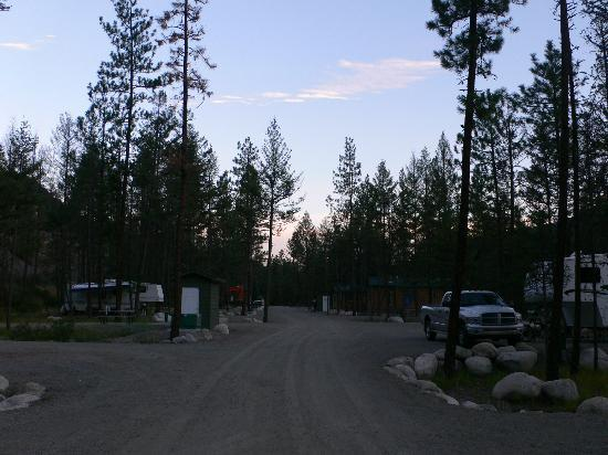 Camp Okanagan Resort: Night falls at the campground - eerily quiet!