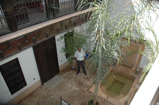 Riad Les 5 Soeurs: Innenhof mit Abdel