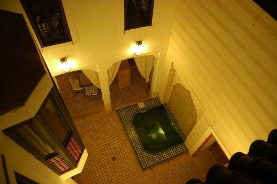 Riad Les 5 Soeurs: Innenhof mit Jacuzzi