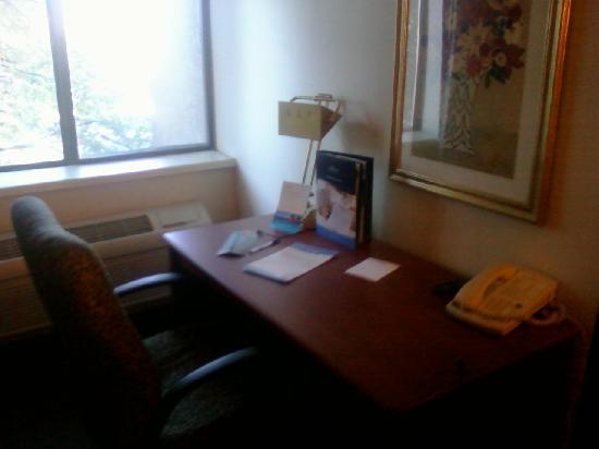 Comfort Inn Midtown: Desk area in room