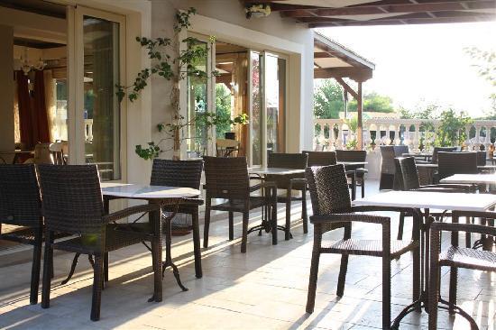 Irilena Hotel: The hotel bar