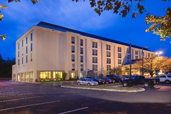 Hampton Inn Reading/Wyomissing: Hotel at night.