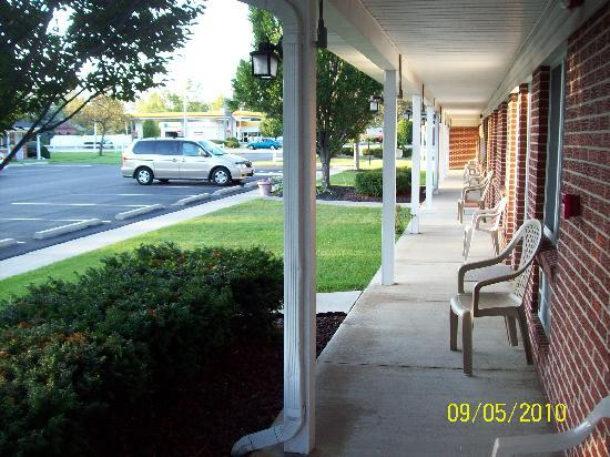 Colonial Manor Motel: Outside of Building