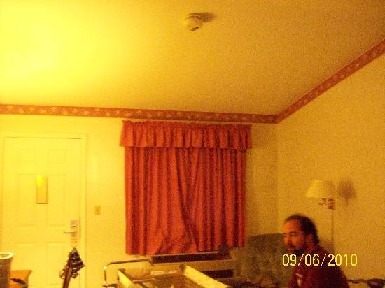 Colonial Manor Motel: Room