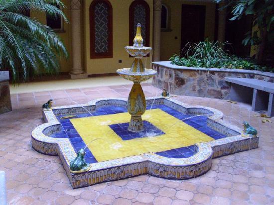Cordial Mogan Playa: Fuente del patio interior del pabellon G