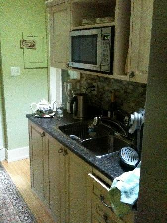Dancing Firs Bed and Breakfast: The Kitchenette