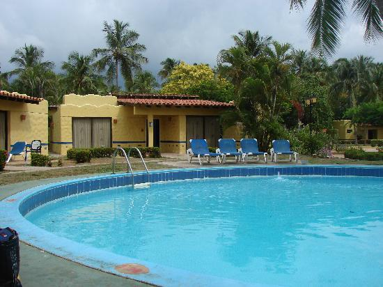 Hesperia Playa El Agua: piscina entre bungalows