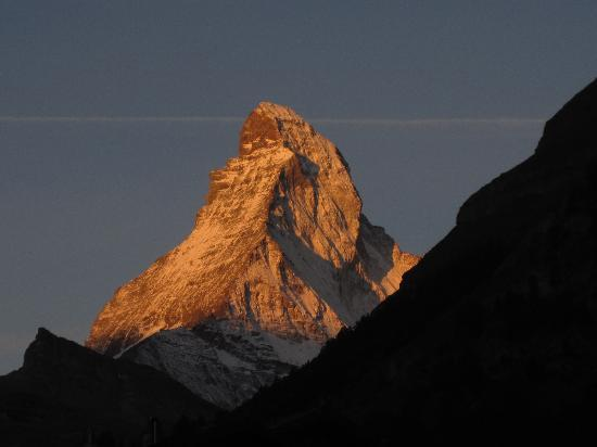 Alouette Apparthotel: Dawn view of the Matterhorn from room.