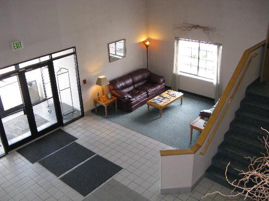 Willow Creek Inn: Enjoy or spacious and comfortable lobby.