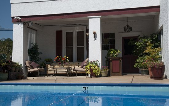 Alpine Inn: Poolside Porch Area