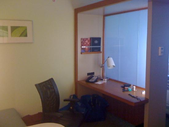 SpringHill Suites Charlotte Ballantyne: The desk area off the living room includes a phone, wireless internet and sliding frosted glass