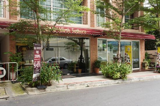 Mirth Sathorn Hotel: コメントを入力してください (必須)