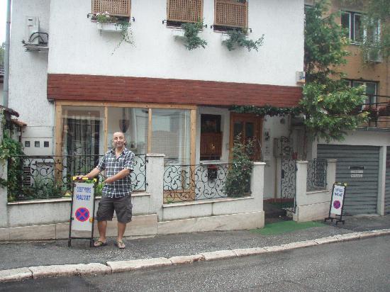 Halvat Guesthouse: me infront of halvat