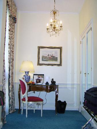 Alvear Palace Hotel: 2 chandliers in the room