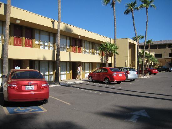 Phoenix Sunrise Motel: Parking Lot