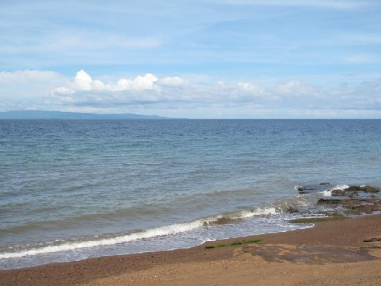 Dauin, Philippinen: The beach outside the gate