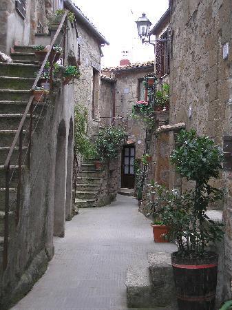 Pitigliano, Italien: una callecita de la ciudad antica