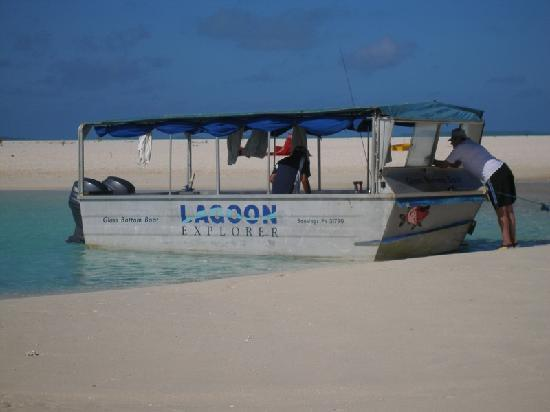 Aitutaki Glass Bottom Tour: The boat
