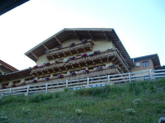 Berghotel Jaga Alm: Zicht vanaf boerderij