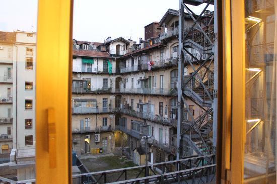 NH Torino Centro: Vista del patio interior