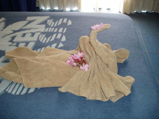 SBH Crystal Beach Hotel & Suites: New Towels on the bed