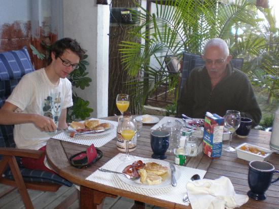 Dragon's Nest B&B: Enjoying breakfast on the deck