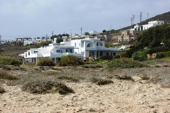 Villa Marandi Luxury Suites: Sicht vom Strand zum Hotel