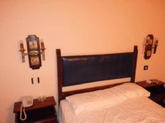 Hotel Temple Pradorrey: Cama super antigua con colchón malo