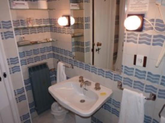 Hotel Temple Pradorrey: cuarto de baño con grifos empotrados en labavo