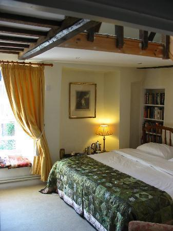 Church Gates: En-suite Bedroom available as Twin or Double overlooking  the churchyard