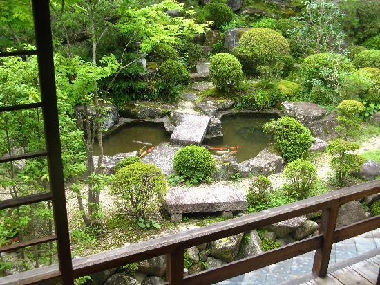 Ryokan Fujioto: The front garden