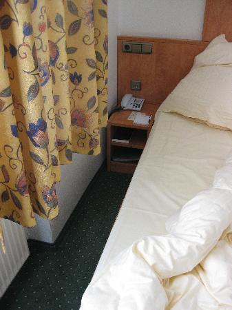 Hotel Lindenhof Lübeck: space between the bed and wall