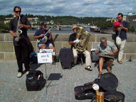 "Prague, Czech Republic: Puente de Carlos "" musica en vivo """