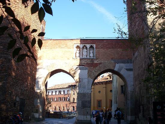 Archi di Porta Nuova: pusterla di Sant'Ambrogio dall'esterno
