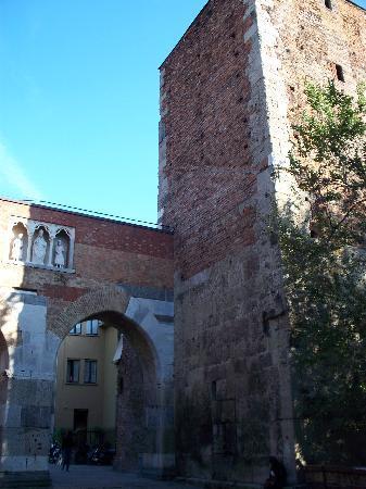 Archi di Porta Nuova: torre della pusterla