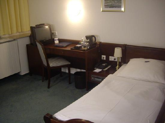 City Partner Augusta Hotel: Single bed with wooden panels along its 3 sides