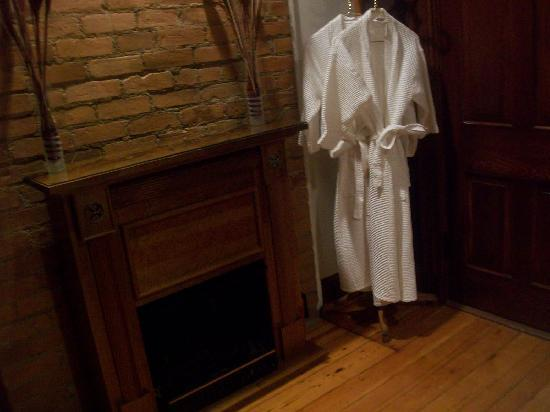 Weller Haus Bed, Breakfast and Event Center: Cozy robes