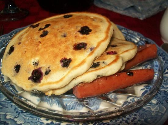 Weller Haus Bed, Breakfast and Event Center: Blueberry Pancakes with Sausage
