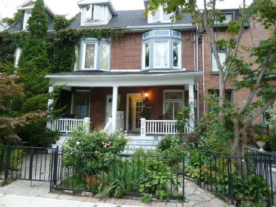 A Seaton Dream B & B: View from the street.  Cute house, huh?