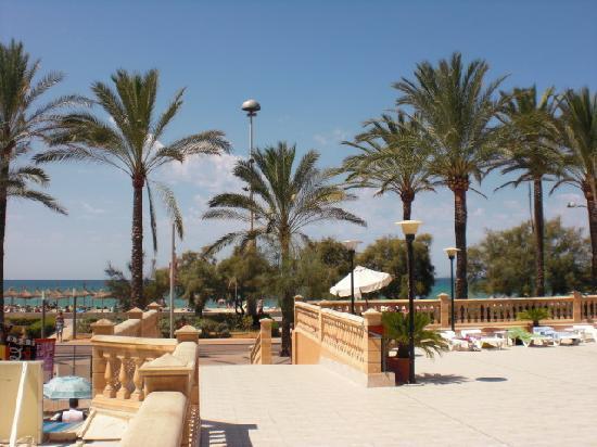 Apartamentos Pil-lari Playa: Acceso a la playa desde la terraza de la piscina