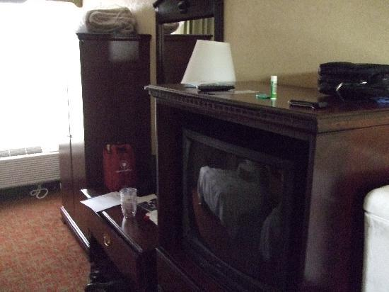 Hampton Inn St. Augustine-Historic District: TV and table