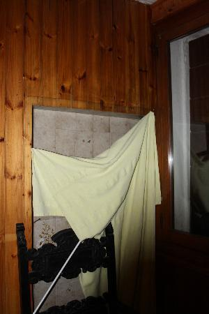 B&B Rota: Pared de hormigón escondida detras de una cortina
