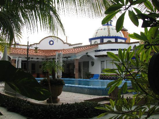 Hacienda Paraiso de La Paz Bed and Breakfast/Inn: View of the pool from the garden.